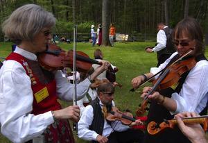 Buskspel. På spelmansstämman i Nisswa skedde många personliga musikaliska möten. Här är det Christina Cedervall, till höger, som spelar ihop med Char Boström från ASIs spelmanslag. Foto:Björn Rehnström