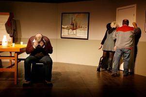 """Mörker.  Norrsundets """"Jävla finnar"""" var en viktig uppsättning. Men inte tänker väl Folkteatern också satsa på community-teater? Snacket om scenkonst i förändring väcker farhågor."""