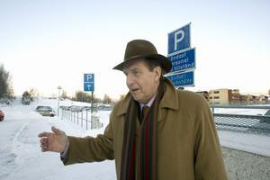 Här bakom landstingsrådet Björn Brink (C) ska det nya parkeringshuset byggas vid Hudiksvalls sjukhus