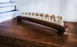En elefantparad i elfenben pryder bokhyllan. Linnéa är noga med att poängtera att det är arvegods.