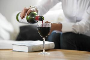 Nya rön säger att lite vin under graviditet och amning inte är så skadligt för barnet som man tidigare trott.