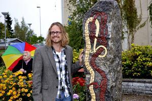 Staffan och stenen. Trots det ihållande regnet var det en nöjd runristare Staffan Blixt som kunde posera vid sitt verk sedan landshövdingen avtäckt och invigt stenen.