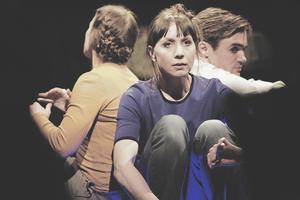 Cecilia Wernesten, Anna Pareto och Victor Ström är tre av skådespelarna i pjäsen. Pressbild.