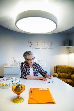 På övervåningen hemma i Mora by, har Åse inrett sönernas gamla allrum till kursateljé. Här finns allt hon behöver när deltagarna dyker upp -
