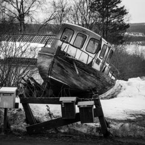 Gabriel Amza letade lite bortglömda miljöer i trakten. Den utsatta båten känns lite vinterdeppad.