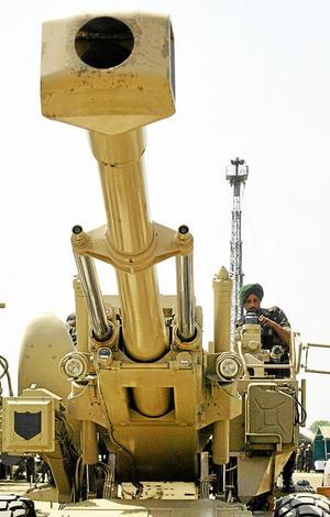Pragmatisk vapenpolitik. En indisk soldat vid en Bofors-kanon. Olof Palme medverkade till att Bofors-kanoner såldes till Indien. Exportordern skapade jobb i Karlskoga. Arkivfoto: Aman Sharma/TT-AP