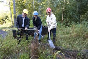 Henrik Frankenberg, Ericsson, Magnus Larsson, Fiberstaden, och kommunalrådet Sven-Åke Thoresen tog första spadtaget för Gunillaprojektet i början av september.