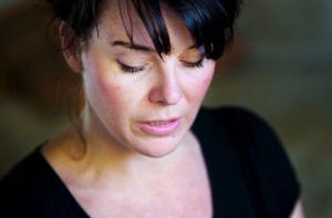 """Det känns jättekul att få visa sin konst hemma i Jämtland, tycker Linda Saveholt, som nyligen återvänt efter åtta år  i Norge. Med videoinstallationen """"The Heart is a Lonely Hunter"""" vill hon väcka reflektion, bjuda in till samtal."""