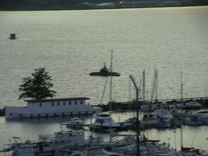 Kanske marinen överväger att påbörja åbåtsjakt på Västeråsfjärden efter iakttagelser om främmande föremål ute på sjön!