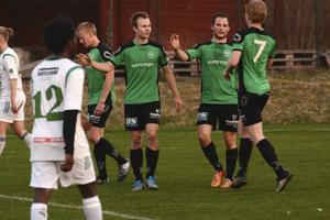 Alexander Skråmo, andra grönklädda spelaren från vänster, hade stor målshow mot Skutskär: sju pytsar.