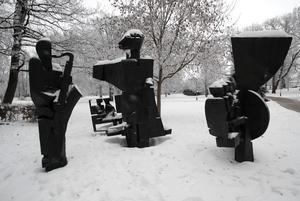 Oberörda av den kalla vintern, spelar musikanterna vidare på en evig melodi.