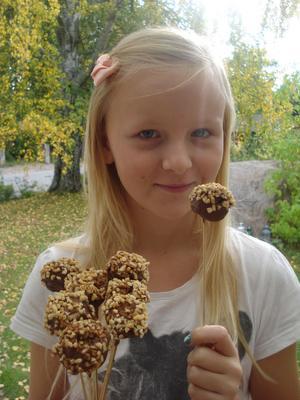 Sally Sundström, tolv år, gillar att baka. Här har hon gjort cakepops med jordnötter och choklad.