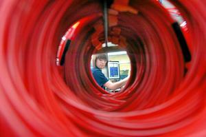 Jenny Andersson monterar nonel-sprängkapslar, produktionen går i femskift och har full beläggning.