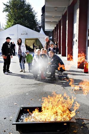 Jens Carlsson, 6 år, var först i kön för att prova att släcka en brand med hjälp av vatten. Men han vill hellre bli busschaufför än brandman.