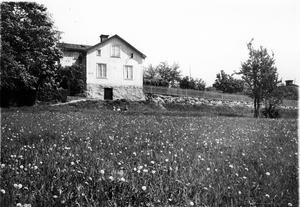 Huset på gatan som försvann. En lantlig idyll i Västerås 1935. Bilden är tagen från Skultunavägen, ungefär vid Karlslund. Ovanför slänten går Gränsgatan, en gata som inte längre finns.