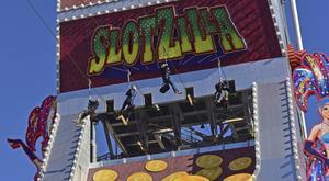 Slotzilla Zipline låter dig flyga över Fremont Street som en superhjälte hängande från en vajer.