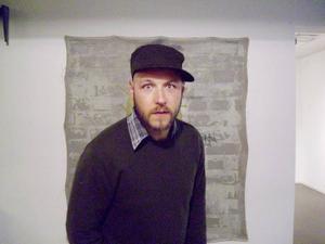 Dubbla budskap? Daniel Diaz, känd som graffitikonstnär under pseudonymen Ikaroz, tar med sig muren inomhus. Numera är han inte arg längre. Säger han.