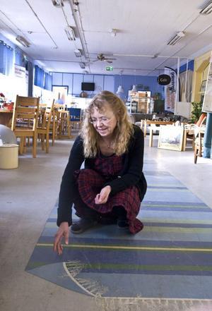 Marja Stampell har målat mattkanten som kunderna rättar till.