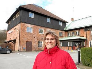 Nytt bostadskvarter. Riksbyggens Carina Akterhag framför Bryggargården som kan få 29 bostadsrättslägenheter.