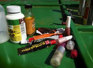 Farliga exempel. Nagellack, lackbets, limtuber och lågenergilampor är exempel på vanligt förekommande farligt avfall.