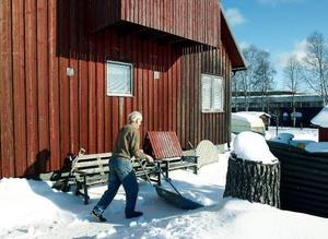 Här, mitt i industribyn i Odenskog bor Arne Lignell och Maj-Britt Ekström i sitt hus. Trots                            sina 84 år sköter Arne snöskottningen själv. Foto: Jan Andersson