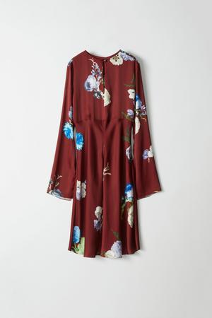 Kläder är också inredning om du låter plaggen hänga framme. Klänningen Dahari big flower burgundy från Acne Studios kostar 5295 kronor.