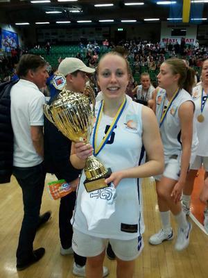 Olivia Lindgren (här med SM-guldbucklan för Luleå BG) finns med i Sveriges lag vid EM-slutspelet (A-divisionen) i Italien.