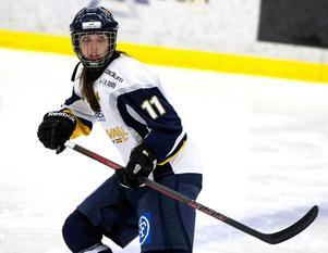 Forwarden Isabell Lindström har under vintern omskolats till back. Mot Modo fick hon fullt upp.