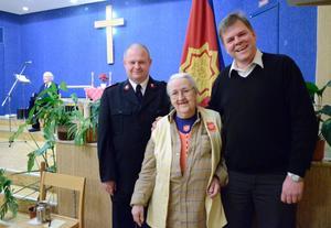 Frälsningsarmén höll sista mötet i Kopparberg där verksamheten nu läggs ner. Lisa Storm, kontaktperson i Kopparberg, överflyttas till kåren i Örebro. Hon uppmärksammades av kårens utvecklingschef Christian Paulsson och pingstförsamlingens pastor i Kopparberg Göran Hylander.