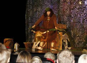 Trollet hittade på alla möjliga sätt att spela teater för barnen Söråkers Folkets Hus.