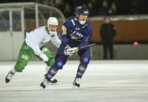 Jonas Granberg jagas av Hammarbys Robin Sundin under annadagsderbyt på Zinkensdamms IP.