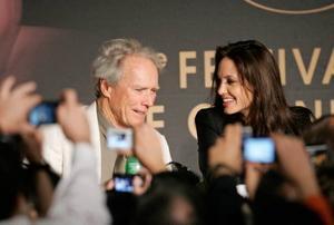 """Eastwood och Jolie möter pressen till ovationer efter världspremiären på """"Changeling"""" vid Cannesfestivalen.Foto: Francois Mori/AP/Scanpix"""