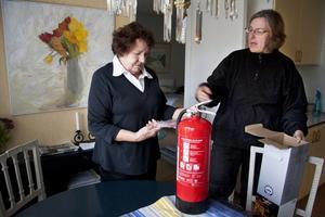 Packar upp. Kerstin Wikner vill helst inte se brandsläckaren. Dottern Unna Katz anser att mamman blev lurad.