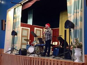Jonathan Stefansson, 12 år, från Söderbärke bjöd gästerna på julstämning med saxofonmusik.
