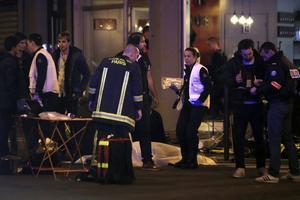 Risken är att vi får fortsätta sörja terrorns offer även under 2017. Här en bild från Parisattentatet 2015.