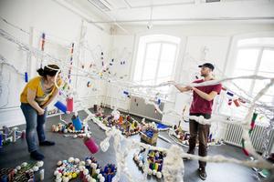 Intendent Maria Oldenmark och konstnären Sebastian Mügge planerar hur besökarna enklast ska kunna ta del av installationen.