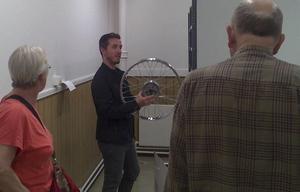 På bilden syns Norscands ägare Patrik Norgren demonstrera en av företagets produkter.
