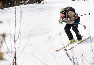 Vaeride Open avgjordes i strålande sol, starka vindar, hagel och snö. Här åker John Bergstedt utför.