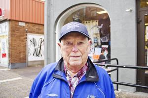 Lars Tapper har avlidit. Han var under större delen av sitt liv engagerad i fotbollen och då främst var det fotbollsdomarna som fick  känna av hans omsorg.