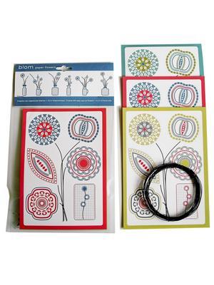 Ett set med små pappersblommor till en vacker girland, och etiketter för syltburkarna kostar 89 kronor hos www.cosas.se.