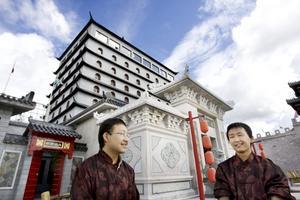 En bit Kina i Älvkarleby. De kinesiska tvillingarna Ruoyu och Guiwei studerar på högskolan i Gävle som utbytesstudenter. När sommarlovet kom valde de att stanna i Gävle i stället för att åka tillbaka till Kina. Det visade sig att man kunde få lite av båda världar, nu sommarjobbar de båda som guider på Dragon gate.