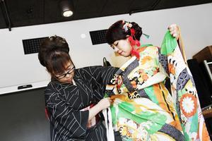 Satsuki Ideura visar kimonons olika delar och hur man knyter dräktens delar likt origami. Långa hängande ärmar är ett tecken på att man är ogift.