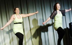 """Rockade in påsklovet. """"Påskrocken"""" blev på onsdagen traditionsenligt den sista anhalten före lovet för eleverna på Parkskolan. 25 elever ur nian som haft musik som elevens val den senaste veckan gav en föreställning som innehöll det mesta – från hårdrock till Anna Book, från breakdance till Beatles. På bilden duktiga tjejerna Lovisa Strandberg och Cassandra Bergkvist, som fick rungande applåder för sina två dansnummer.  Foto: Ulrika Andersson"""