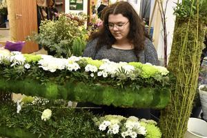 Hanna Olsson, Örnsköldsvik, sätter blommor på sitt hopphinder med temat