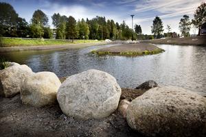 De stora stenbumlingarna kommer från väg- och byggprojekt i kommunen.