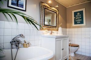 Badrummet är stort och rymmer hela familjen. Badkaret har vackra silvertassar och det finns även en dusch och en bastu.