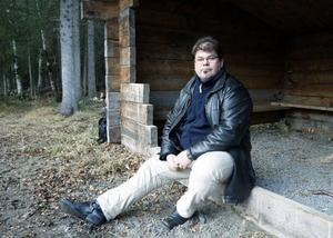 – Det gäller att mota Olle grind. Jag vill inte ha samma tendenser här som jag upplevde i Göteborg, säger Anders Sjöqvist, rektor på Frösön. Här sitter han vid grillplatsen som eldades upp tidigare i höstas.