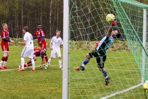 Lillhärdals målvakt Emil Dahlsten lyckas med en i det närmaste omöjlig räddning och bidrog stort till matchresultatet.
