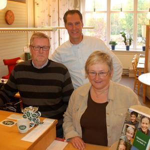 Conny Klockar och Lotta Stålklint som är lånehandläggare på bankkontoret i Orsa tillsammans med bankchefen Magnus Frank från Skövde.