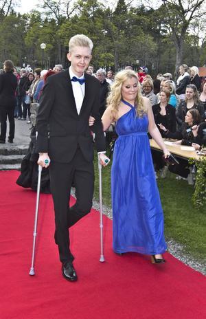 Linus Sjöstedt lät inte onda ben hindra honom när han skulle på mingel och bal med Isabel Ehn.